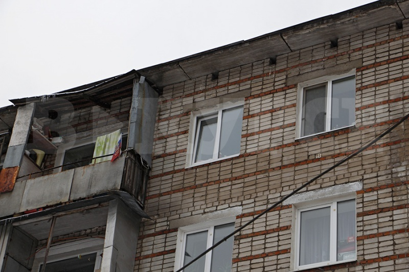 Полуторагодовалая девочка, выпавшая изокна 5-го этажа, находится вкоме