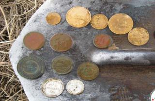 Пермские кладоискатели нашли старинные монеты на дне колодца.